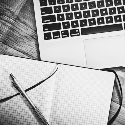 Notizblock und MacBook