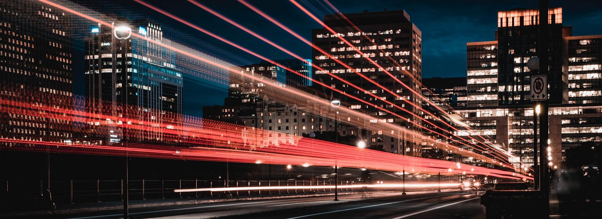 Zeitraffer einer Autobahn bei Nacht